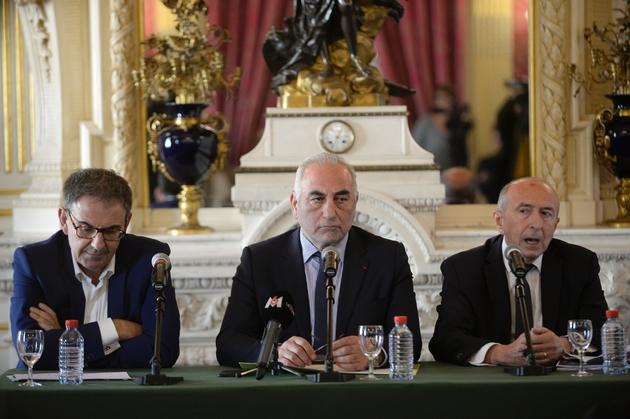 Le président de la métropole de Lyon David Kimelfeld (g), le maire de Lyon Georges Képénékian (c) et l'ex-ministre de l'Intérieur, Gérard Collomb (d), lors d'une conférence de presse, le 17 octobre 2018 à la maire de Lyon