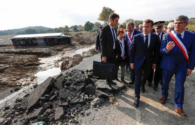 Emmanuel Macron en visite à Villalier, commune de l'Aude touchée par les inondations, le 22 octobre 2018