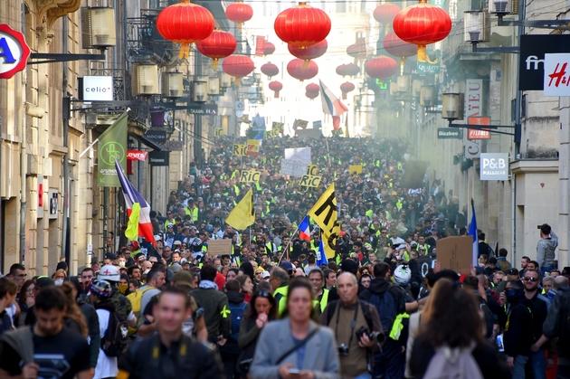 """Des """"gilets jaunes"""" défilent dans les rues de Bordeaux, le 16 février 2019"""