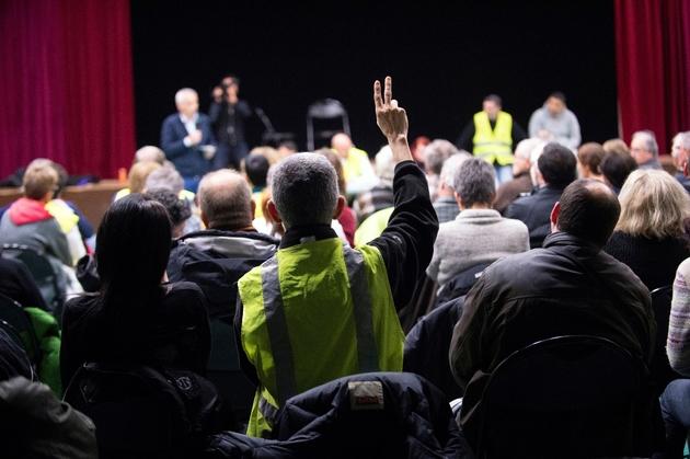 """Une centaine de """"gilets jaunes"""" ont assisté à la rencontre avec le député LREM Jean-Luc Fugit à Ternay (Rhône) le 22 janvier 2019"""