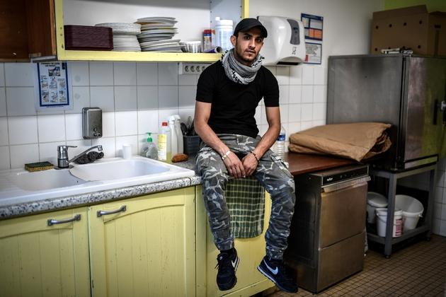 Zafar Wadan, réfugié afghan de 25 ans, a décroché un emploi en CDI à Forges-les-Bains après avoir été hébergé dans le centre d'accueil d'urgence de la ville