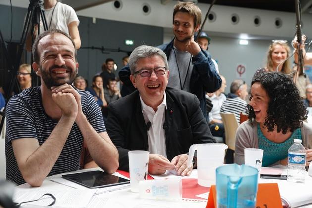 Jean-Luc Mélenchon (c) entouré de Manuel Bompard (g) et Manon Aubry, le 23 juin 2019