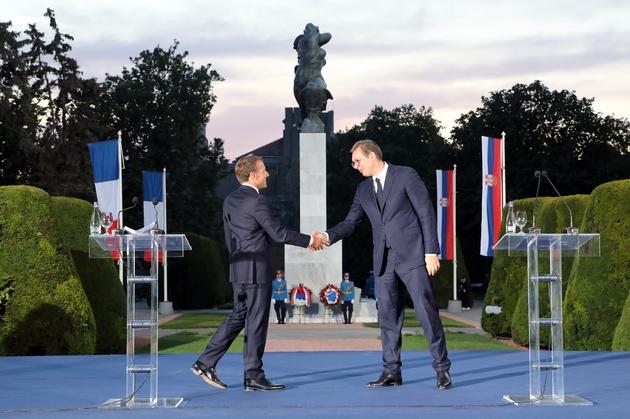Le président français Emmanuel Macron (à gauche) serre la main de son homologue serbe Aleksandar Vucic à Belgrade le 15 juillet 2019.