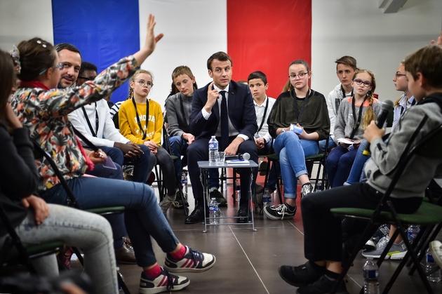 Emmanuel Macron s'entretient avec des enfants le 28 mars 2019, à  Beaupreau-en-Mauges