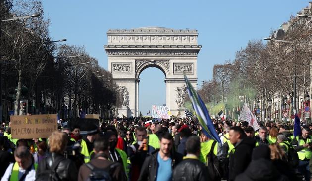 """Les """"Gilets Jaunes"""" défilent sur les Champs-Elysées à Paris pour l'acte 15 le 23 février 2019"""