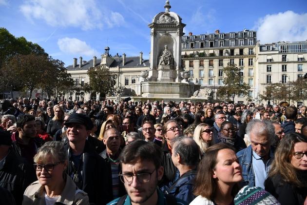 La foule devant l'église Saint-Sulpice à Paris pendant les obsèques de Jacques Chirac, le 30 septembre 2019