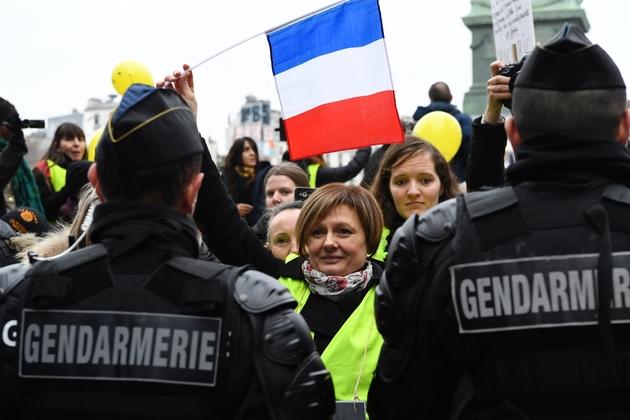 """Des femmes """"gilets jaunes"""" face aux gendarmes le 6 janvier 2019 lors de leur rassemblement à Paris"""