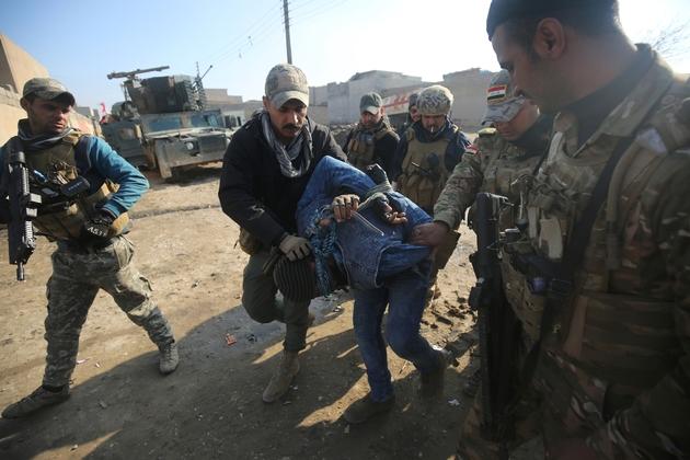 Un homme suspecté d'être un membre de l'EI fait prisonnier par des soldats des forces irakiennes   le 1er janvier 2017 à Mossoul