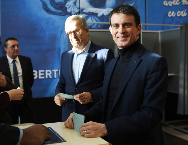 L'ancien Premier ministre Manuel Valls vote à la primaire à Evry, dans l'Essonne, le 22 janvier 2017