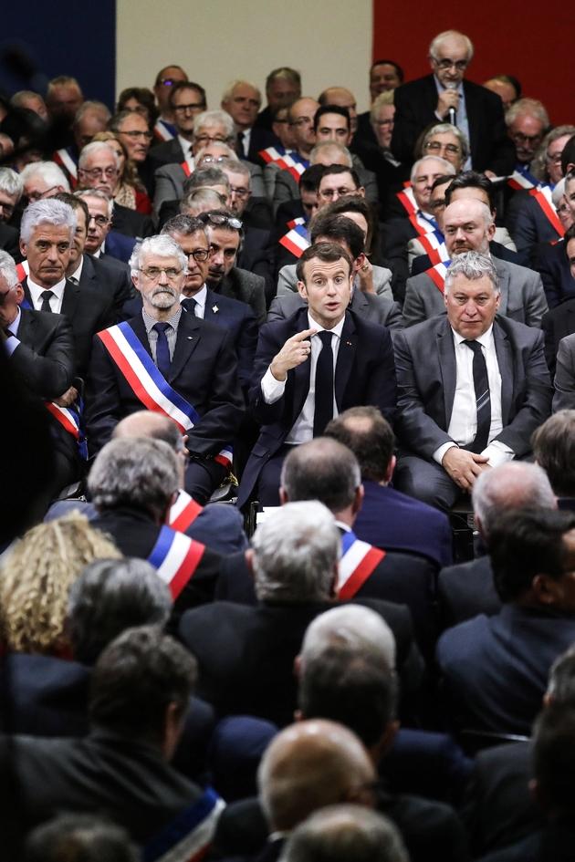 Le président Emmanuel Macron débat lors d'une rencontre avec quelque 600 maires du Sud-Ouest, le 18 janvier 2019 à Souillac (Lot)