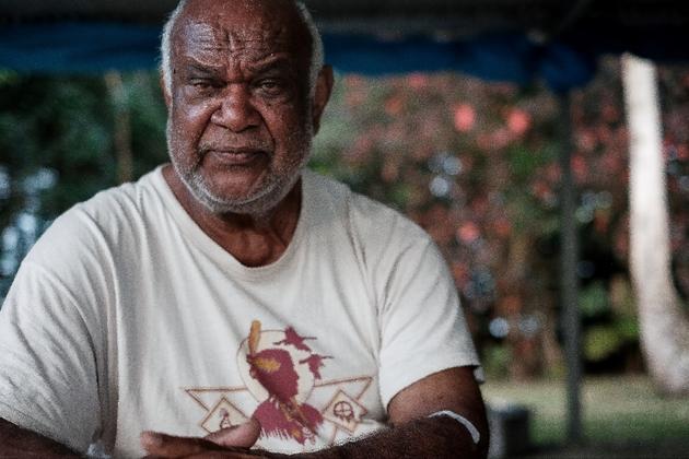 """Attablé sur sa terrasse en béton à deux pas de la plage, Bernard Lepeu se souvient """"qu'aux alentours de 1978"""", il avait avec son frère réservé un accueil picaresque à Paul Dijoud, alors secrétaire d'Etat aux Dom-Tom, en visite dans sa tribu de Wagap à"""