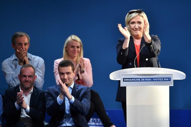 La présidente du RN Marine Le Pen et la tête de liste RN aux municipales Jordan Bardella (C) en meeting à Hénin-Beaumont (Pas-de-Calais) le 24 mai 2019