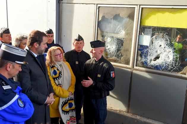 """Le ministre de l'Intérieur constate les dégâts au péage de Virsac (Gironde) le 29 novembre 2018 au 13è jour du mouvement des """"gilets jaunes"""""""