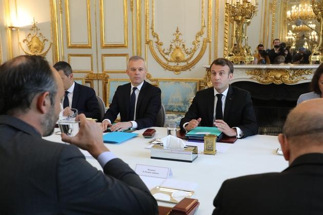 Le président Emmanuel Macron (D), le ministre de la Transition écologique François de Rugy (G) et le Premier ministre Edouard Philippe lors du premier Conseil de défense écologique (CDE) réuni à l'Elysée le 23 mai 2019