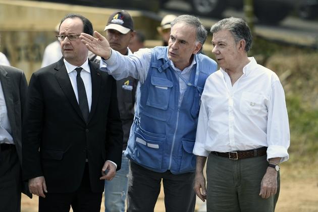 Le président François Hollande, le chef de la mission de l'Onu, le Français Jean Arnault,  et le président colombien Juan Manuel Santos, en visite dans un camp de désarmement des Farc, le 24 janvier 2017 à Caldono en Colombie