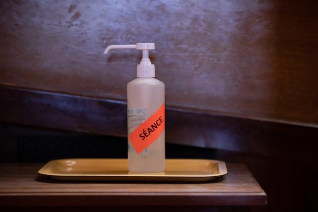 Une bouteille de gel hydroalcoolique est placée dans l'hémicycle du Sénat