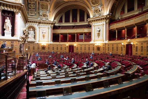 Le 08 avril 2020, les sénateurs appliquent des mesures de distanciation sociale à l'occasion des 'questions d'actualité au gouvernement'.