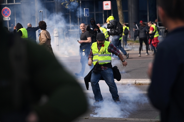 """Face-à-face entre manifestants """"gilets jaunes"""" et forces de l'ordre, le 6 avril 2019 à Paris"""