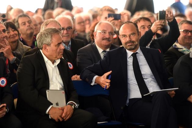 Le Premier ministre Edouard Philippe (D) parle avec Xavier Bertrand (G), président de la région des Hauts-de-France au congrès de l'Association des maires ruraux (AMRF), à Eppe-Sauvage (Nord), le 20 septembre 2019