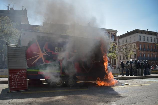 """Engin de chantier incendié le 13 avril 2019 à Toulouse lors du rassemblement des """"gilets jaunes"""""""