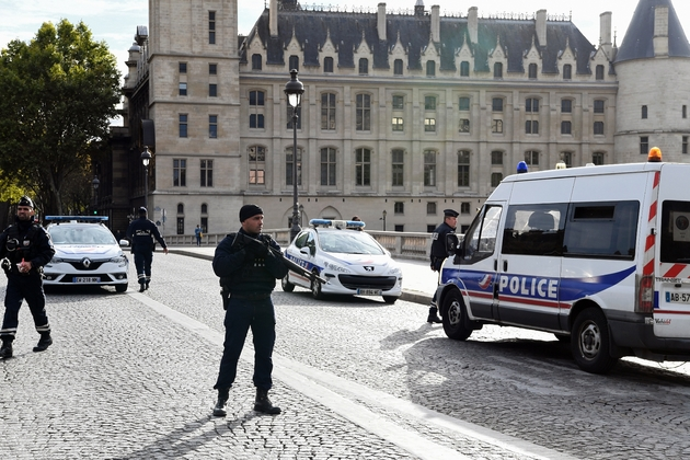 Des policiers près de la Préfecture de police, le 3 octobre 2019 à Paris, après l'attaque qui a coûté la vie à quatre personnes
