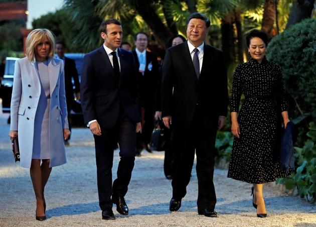 Le président Emmanuel Macron et son épouse Brigitte accueillent le président chinois Xi Jinping et son épouse Peng Liyuan à la villa Kérylos, à Beaulieu-sur-Mer dans les Alpes-Maritimes, le 24 mars 2019