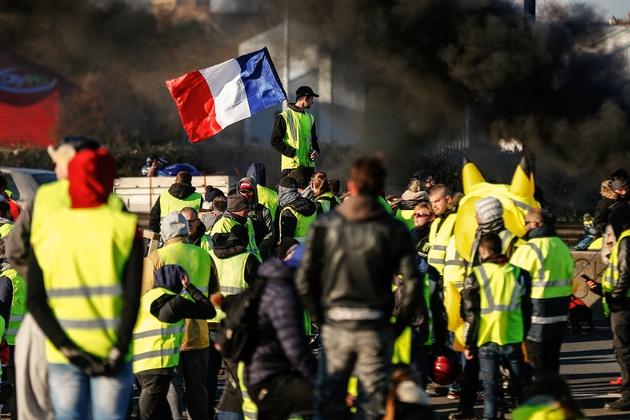 """Des """"gilets jaunes"""" bloquent une route à Caen le 18 novembre 2018"""