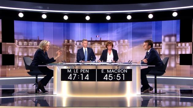 Emmanuel Macron (D) et Marine Le Pen (G) lors d'un débat télévisé le 3 mai 2017 à La Plaine-Saint-Denis près de Paris