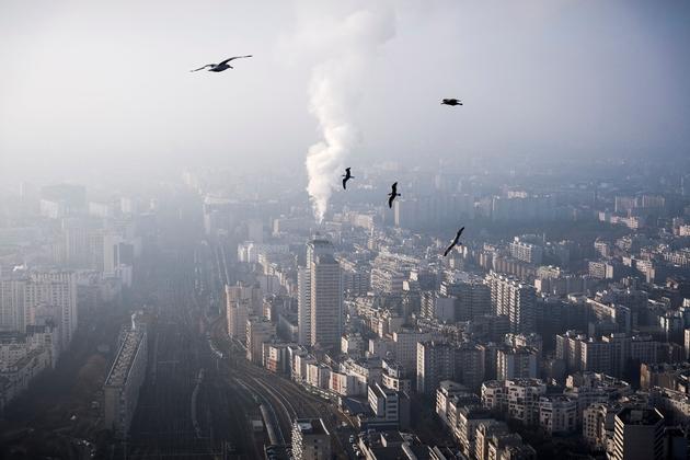 Vue depuis la Tour Montparnasse de Paris sous une brume de particules fines, le 29 décembre 2016