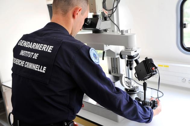 Un gendarme de l'institut de recherche criminelle de la Gendarmerie (IRCGN)