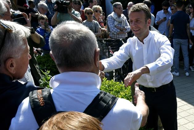 Le président Emmanuel Macron (D) prend un bain de foule au Touquet (Pas-de-Calais), le 21 avril 2019