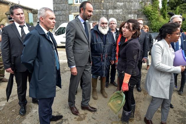 Le Premier ministre Edouard Philippe (c) et le ministre de la Transition écologique François de Rugy (g) rencontre des habitants touchés par les inondations, le 15 octobre 2018 à Villegailhenc, près de Carcassonne, dans l'Aude