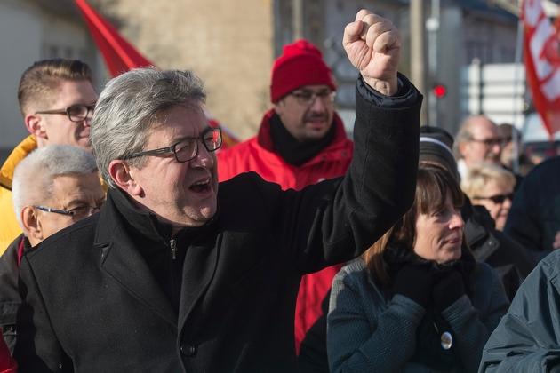 Le chef de file de La France insoumise (LFI) Jean-Luc Mélenchon manifeste avec les ouvriers métallurgistes de Florange en Moselle, le 23 novembre 2018