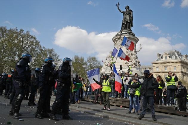 """Manifestation de """"gilets jaunes"""" à Paris, place de la République, le 13 avril 2019"""