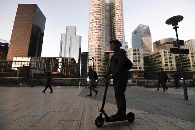 L'encadrement des engins en libre-service, comme les trottinettes électriques fait partie des objectifs de la loi sur les mobilités