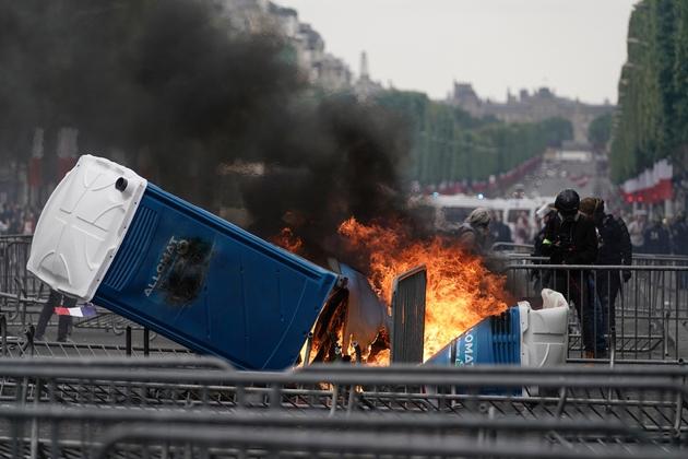 Un feu allumé par des manifestants sur les Champs-Elysées à Paris, le 14 juillet 2019