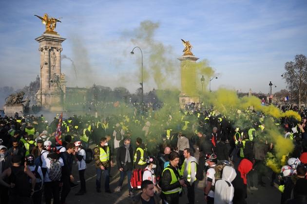 """Des """"gilets jaunes"""" manifestent près du pont Alexandre III à Paris, le 16 février 2019"""