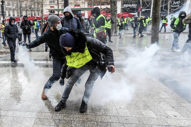 Heurts entre manifestants et forces de l'ordre sur les Champs-Elysées, le 15 décembre 2018