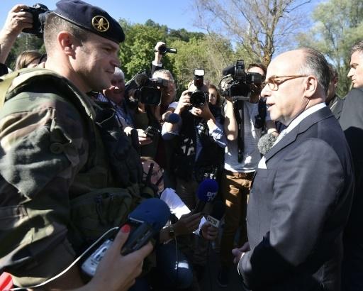 Le ministre de l'Intérieur Bernard Cazeneuve rencontre des membres des forces de l'ordre le 13 août 2016 lors de sa visite à Lourdes