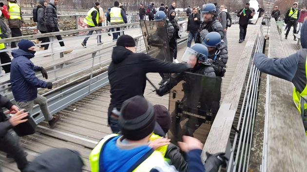 Un ancien boxeur professionnel s'en prend à des gendarmes mobiles sur la passerelle Senghor à Paris, le 5 janvier 2019