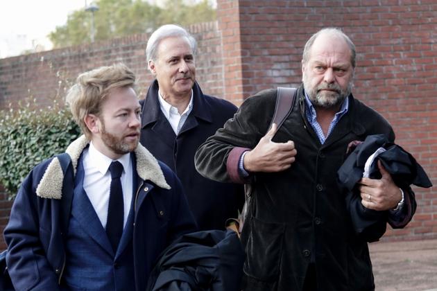 Georges Tron et deux de ses avocats, Antoine Vey (G) et Eric Dupond-Moretti (D)le 23 ocotbre 2018 à leur arrivée au palais de justice de Bobigny.