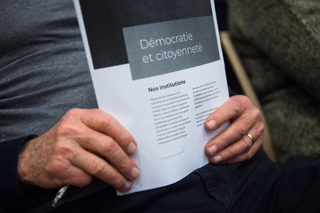 Un homme tient des documents dans le cadre du Grand débat national à Bollène (Vaucluse) le 28 février 2019