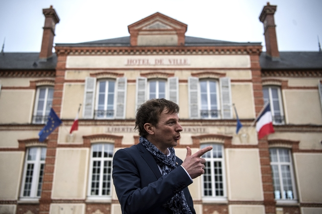 Le maire de  Bray-sur-Seine et directeur de l'association France Fraternité, Emmanuel Marcadet, devant la mairie de sa ville, le 10 février 2020