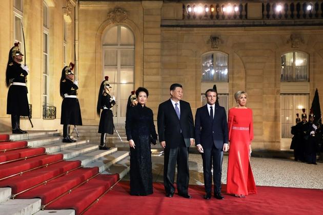 Emmanuel Macron (2e d) et sa femme Brigitte avec le couple présidentiel chinois Xi Jinping (2nd L) et Peng Liyuan , sur le perron de l'Elysée, le 25 mars 2019