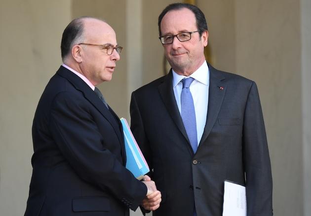 Bernard Cazeneuve et François Hollande sur le perron de l'Elysée le 7 décembre 2016 à Paris