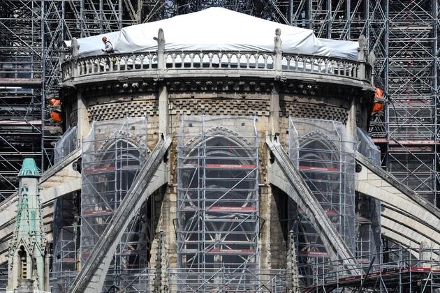 Des ouvriers sur le chantier de restauration de Notre-Dame gravement endommagée par un incendie, le 7 mai 2019 à Paris