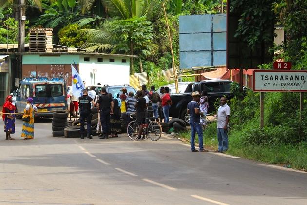 Des gendarmes parlent avec des habitants qui ont bloqué une route pour protester contre l'immigration clandestine et l'insécurité, le 5 avril 2018 à Tsararano, à Mayotte