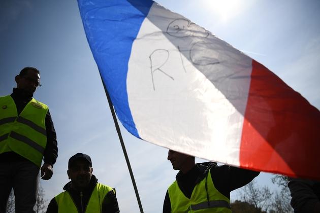 """Des """"gilets jaunes"""" le 6 avril 2019, place de la République à Paris, demandent un RIC, référundum d'initiative citoyenne,lors de l'acte 21 de la mobilisation"""