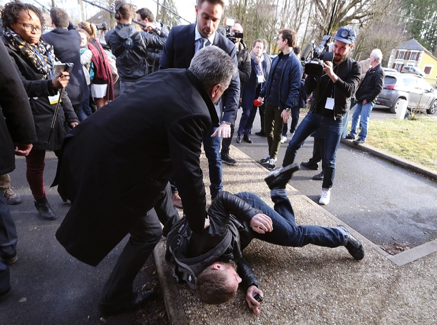 """Un peu de chahut l'a accueilli à son arrivée comme à sa sortie de la crèche, avec des cris """"Fillon démission"""", et un homme a été rapidement écarté et mis à terre par le service d'ordre le 2 février 2017 à Poix-Terron"""
