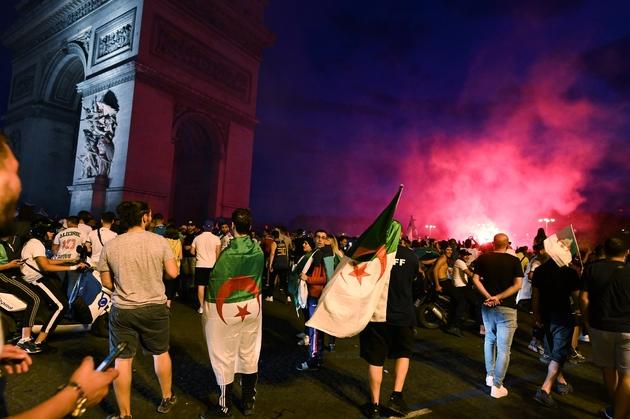 Des supporters de l'Algérie autour de l'Arc de Triomphe à Paris, le 11 juillet 2019